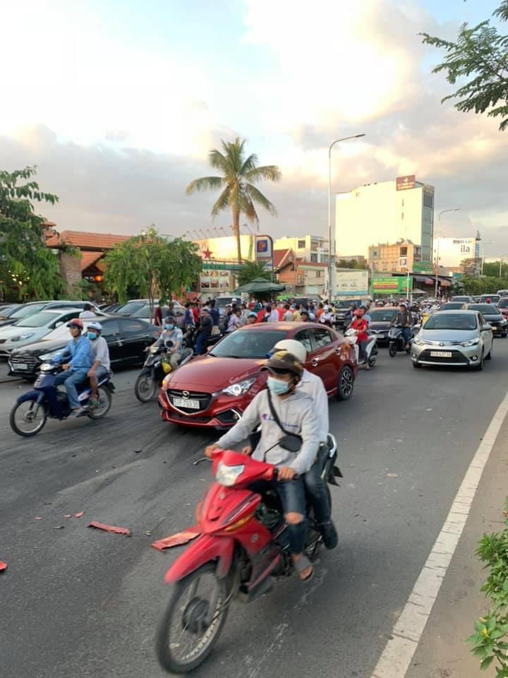 Vụ tai nạn thu hút khá nhiều sự chú ý của người đi đường