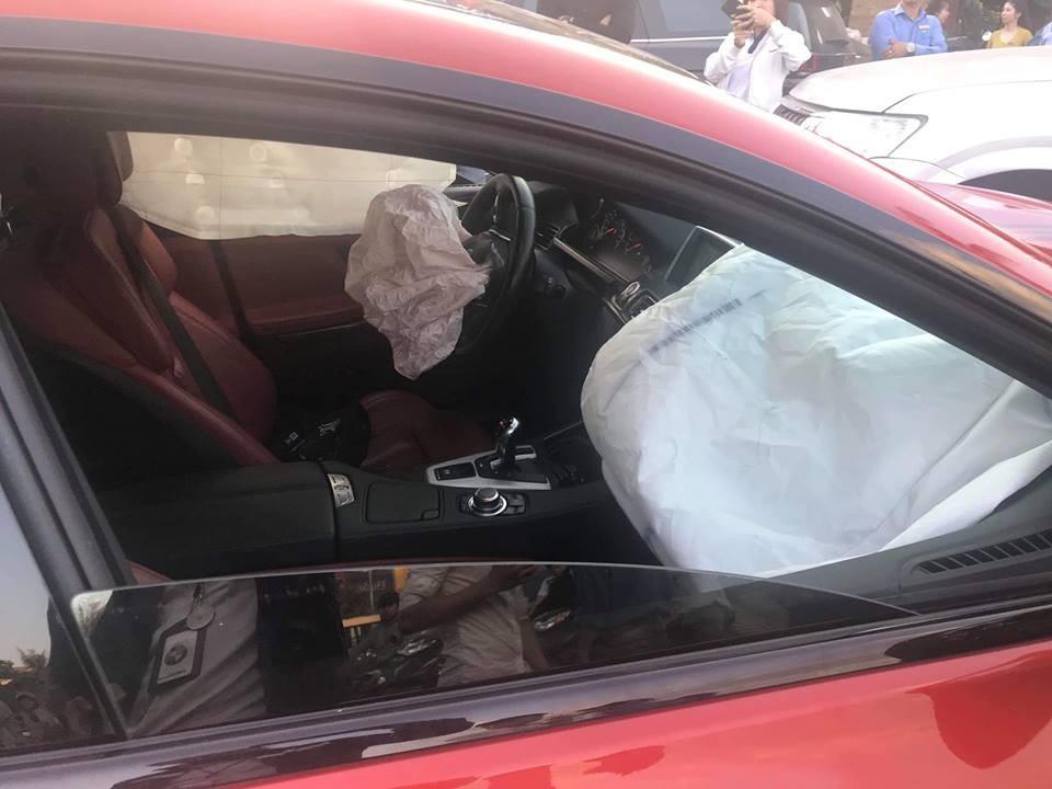 Túi khí bên trong khoang lái cũng bung ra