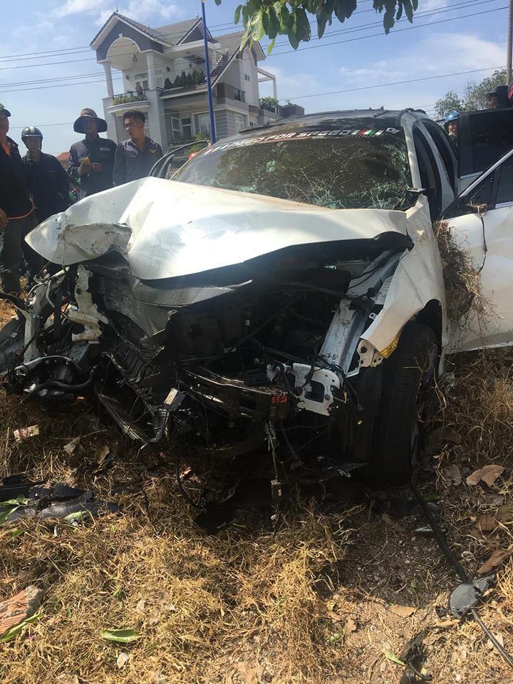 Chiếc Honda Civic vỡ nát đầu sau tai nạn