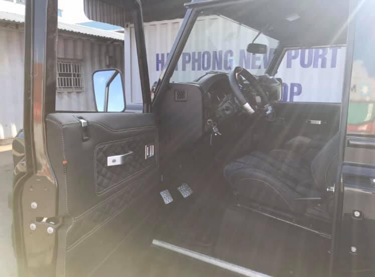 Bên hông xe chỉ có 2 cửa. Nội thất xe bọc da màu đen