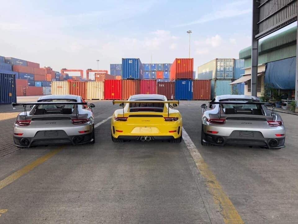 Bộ đôi Porsche 911 GT2 RS màu bạc cùng Porsche 911 GT3 RS đời 2019 màu vàng Racing lúc còn ở cảng VICT