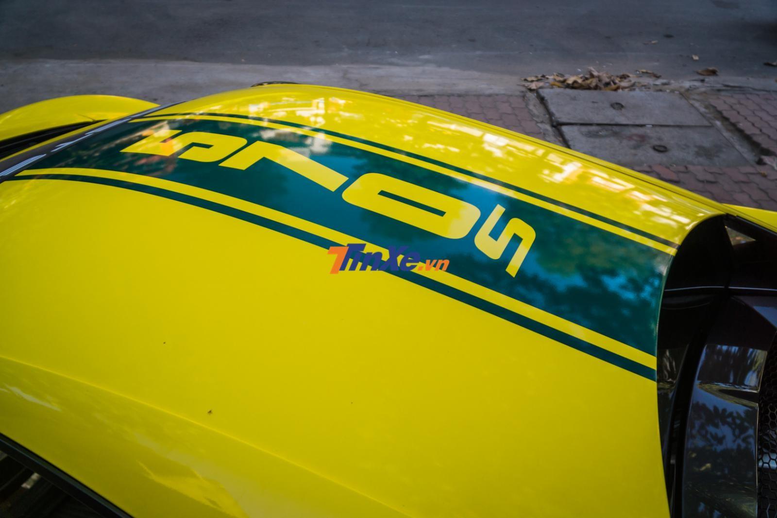 Chưa hết, logo 570S của siêu xe này cũng được dán trên trần xe