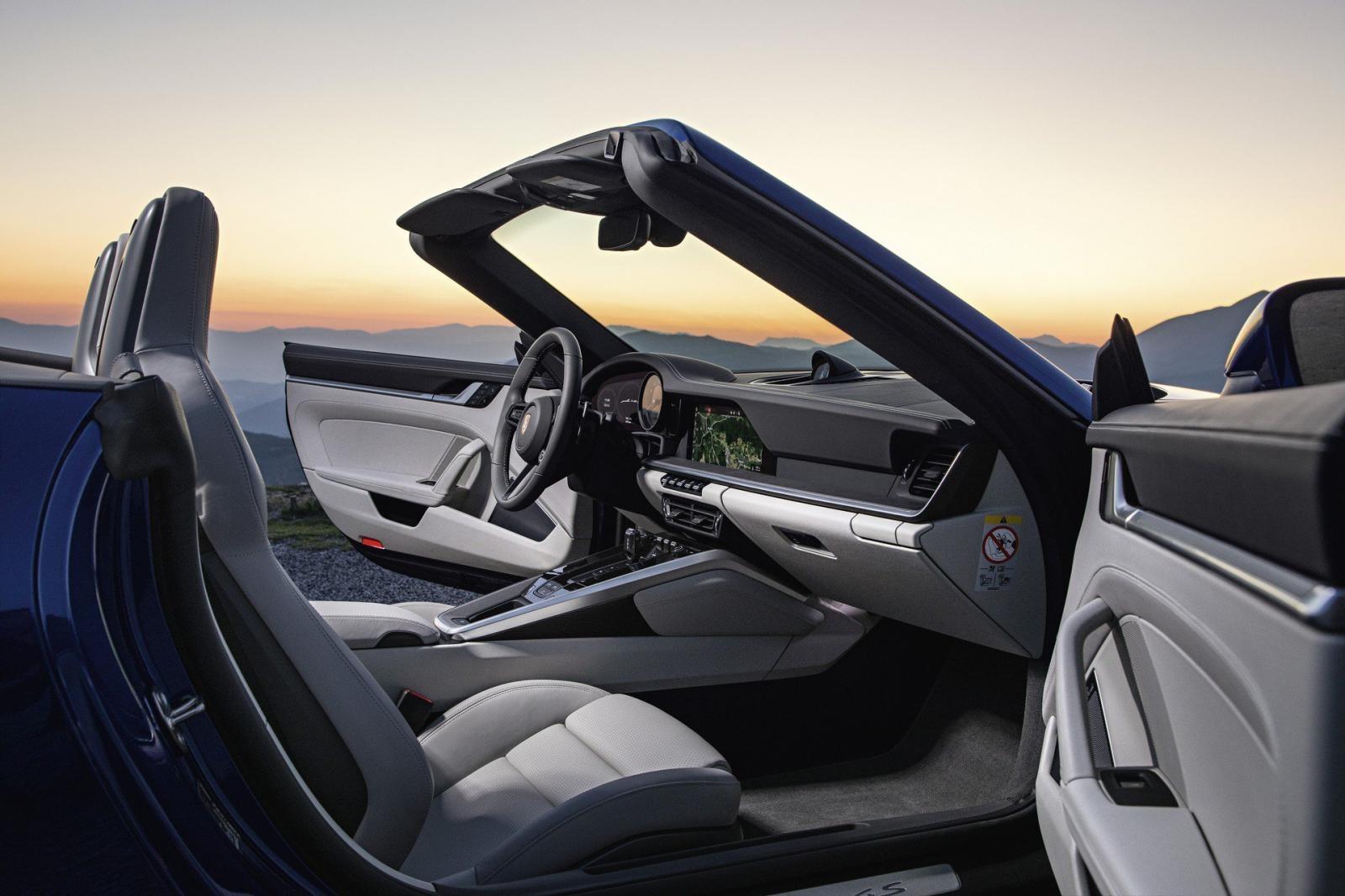 Khoang lái Porsche 911 Cabriolet 2020