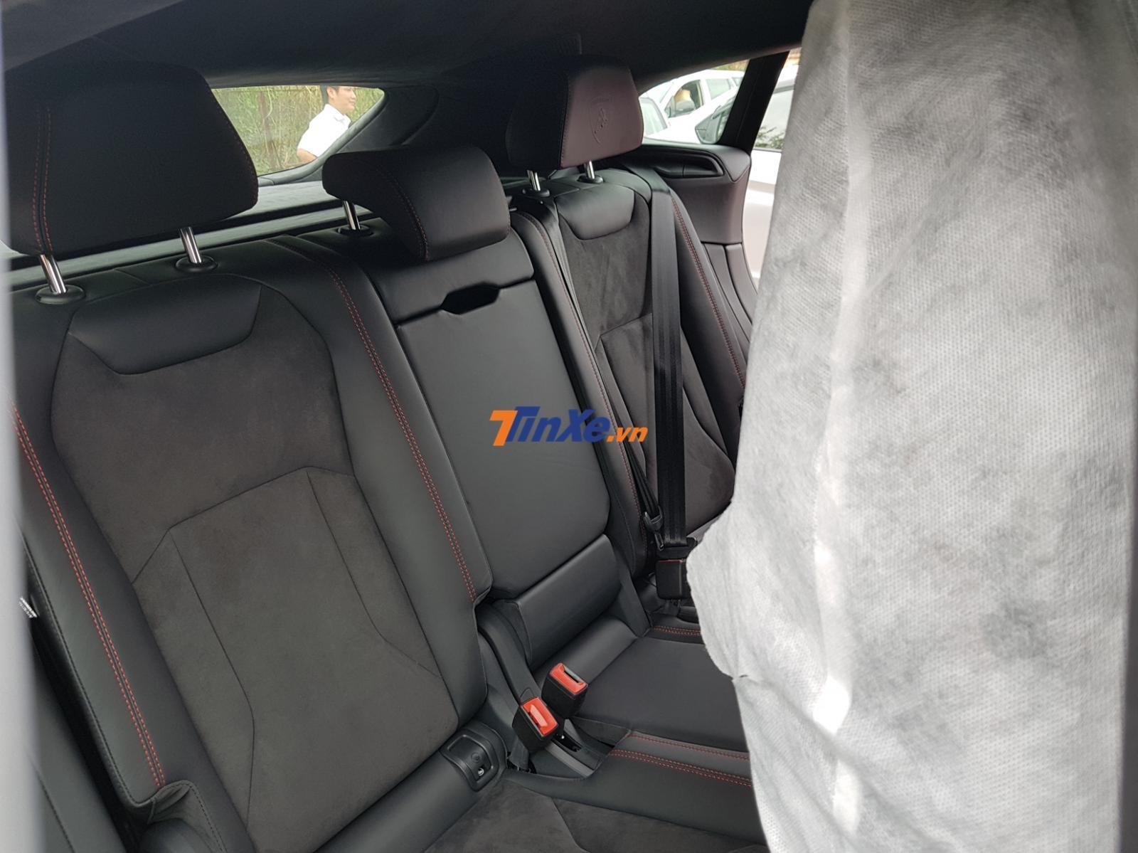 Chiếc Lamborghini Urus của Minh Nhựa thuộc bản 5 chỗ ngồi và thậm chí không có tích hợp 2 màn hình giải trí cho hàng ghế phía sau