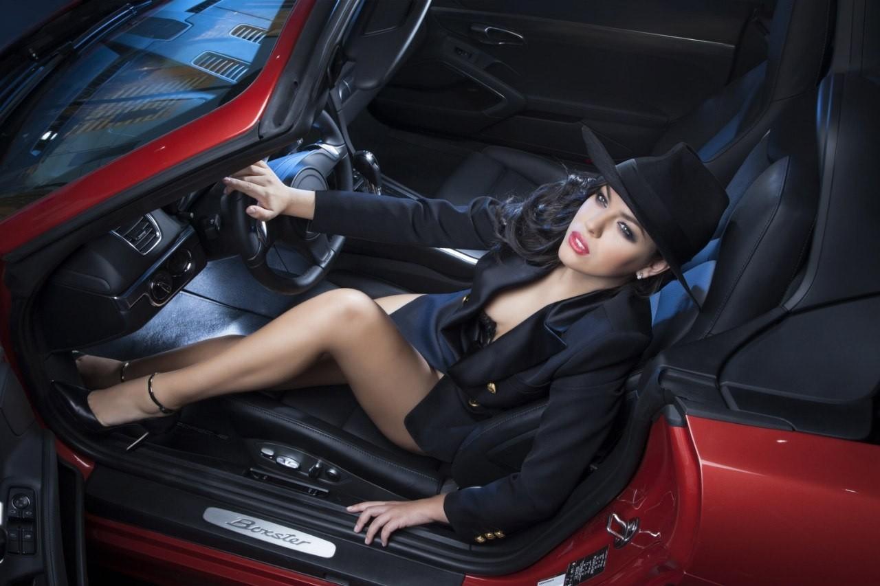 Ghen tỵ trước vẻ gợi cảm của các người mẫu phương Tây bên trong xe sang - 2
