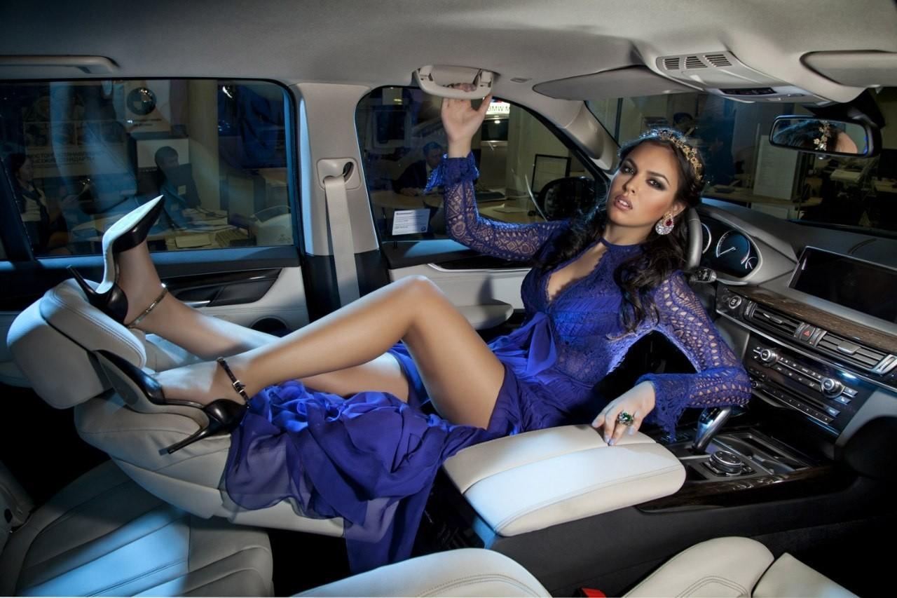 Ghen tỵ trước vẻ gợi cảm của các người mẫu phương Tây bên trong xe sang - 7