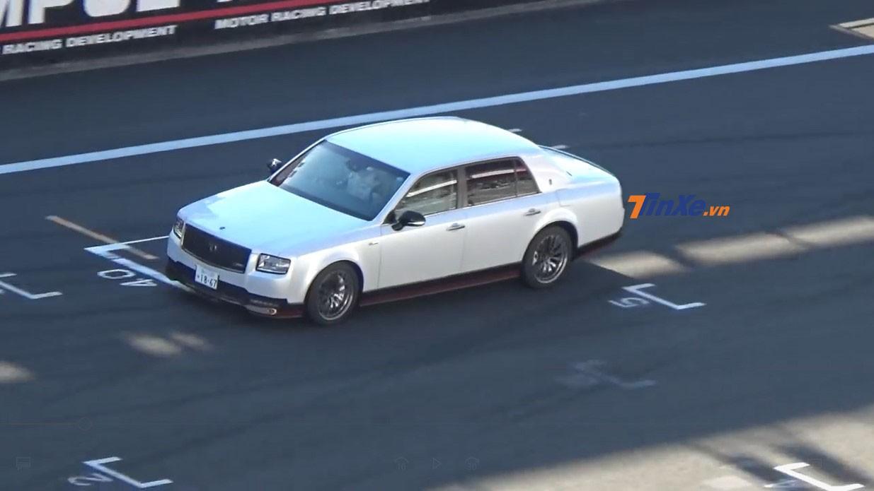 Chiếc Toyota Century GRMN độc nhất vô nhị chạy trên đường đua tại Nhật Bản