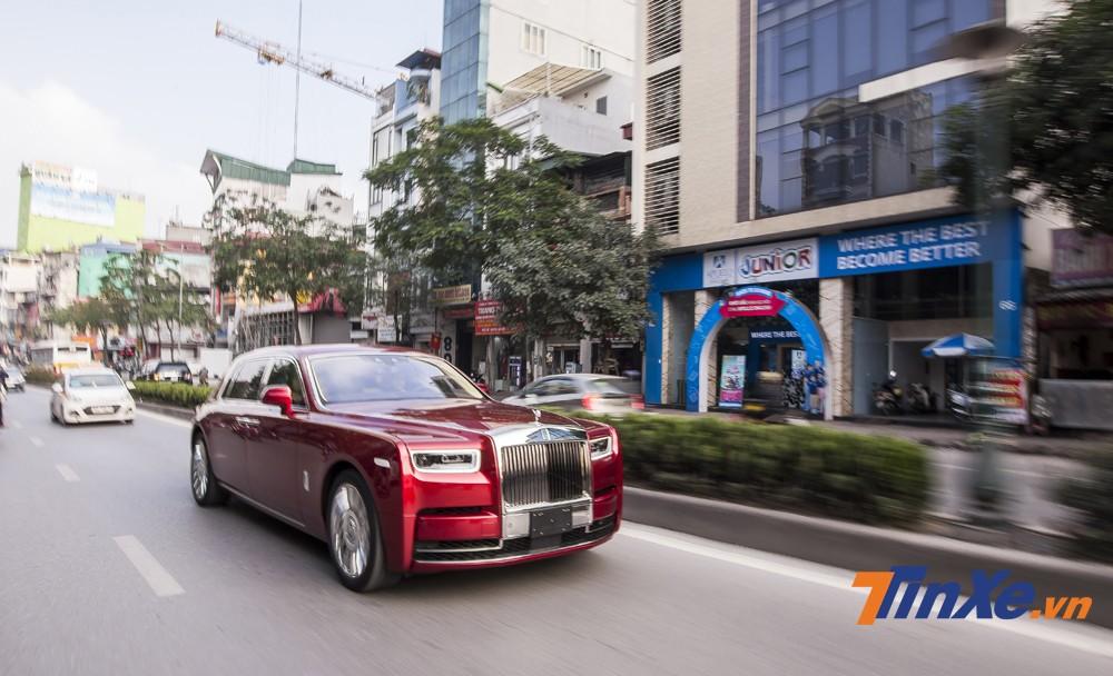 Rolls-Royce Phantom thế hệ VIII bất ngờ lăn bánh trên đường phố Hà Nội.