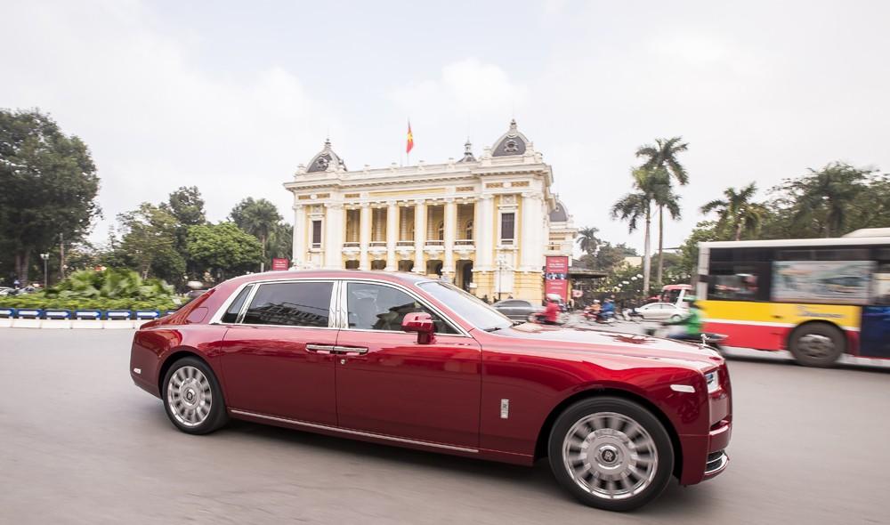 Chiếc xe Rolls-Royce Phantom thế hệ VIII sở hữu màu sơn đỏ mận tươi tắn rất bắt mắt.