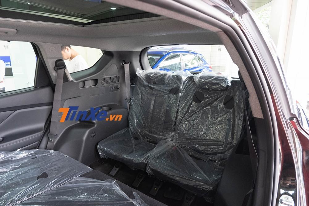Hàng ghế thứ 3 khá nhỏ, hơi hướng 5+2 hơn là SUV 7 chỗ đích thực ngoài ra không được trang bị cửa gió điều hòa ở bản tiêu chuẩn và đặc biệt
