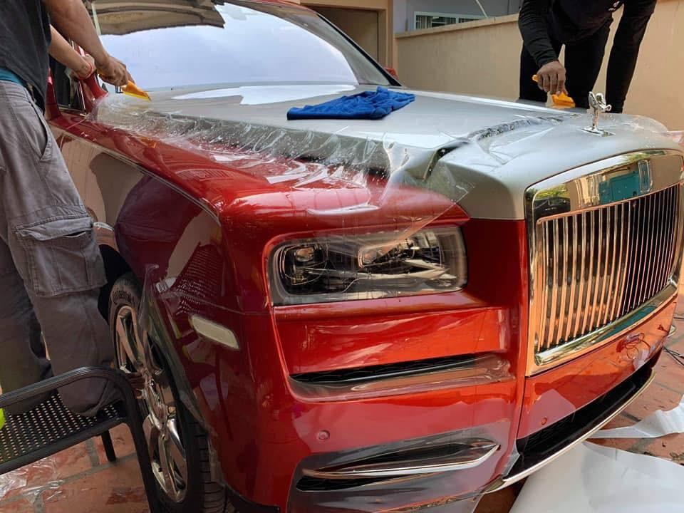 Chiếc Rolls-Royce Cullinan thứ 3 tại Campuchia còn có nắp capô sơn màu bạc tạo điểm nhấn