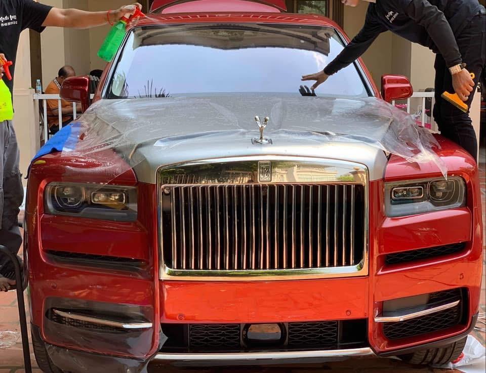 Những người thợ đang chăm sóc sắc đẹp cho chiếc SUV siêu sang Rolls-Royce Cullinan thứ 3 cập bến Campuchia