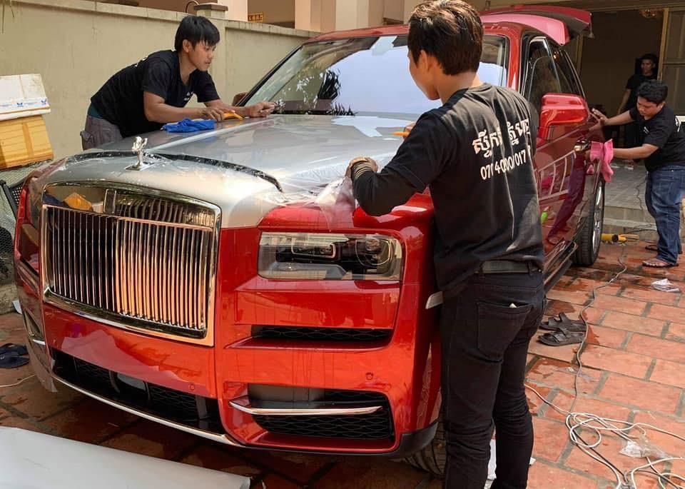 Ngoại thất xe dán thêm lớp đề-can trong suốt bảo vệ màu sơn của chiếc SUV siêu sang Rolls-Royce Cullinan thứ 3 cập bến Campuchia