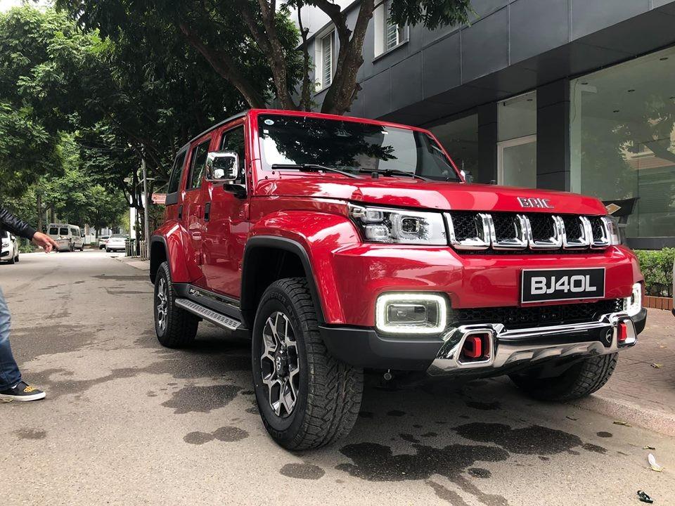 Chiếc BAIC BJ40L Plus 2018 còn lại được sơn màu đỏ bắt mắt hơn