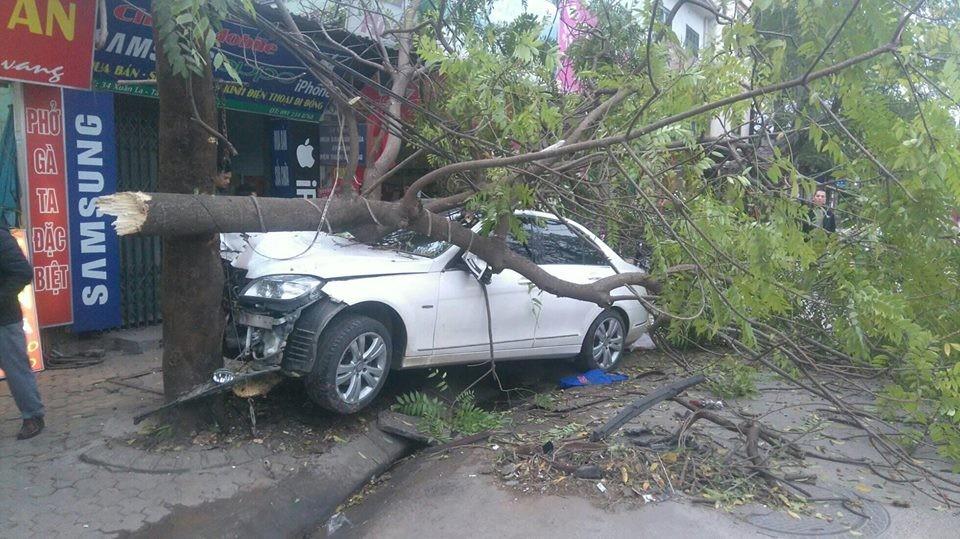 Hiện trường vụ tai nạn của chiếc xe sang Mercedes-Benz
