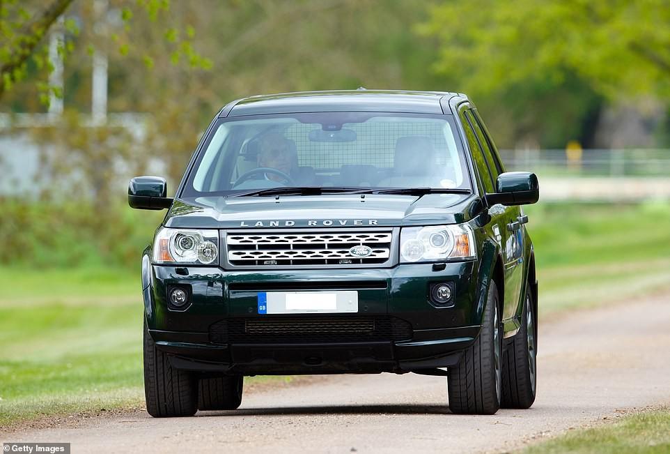 Dù cao tuổi nhưng Hoàng tế Philip vẫn thích tự mình lái xe