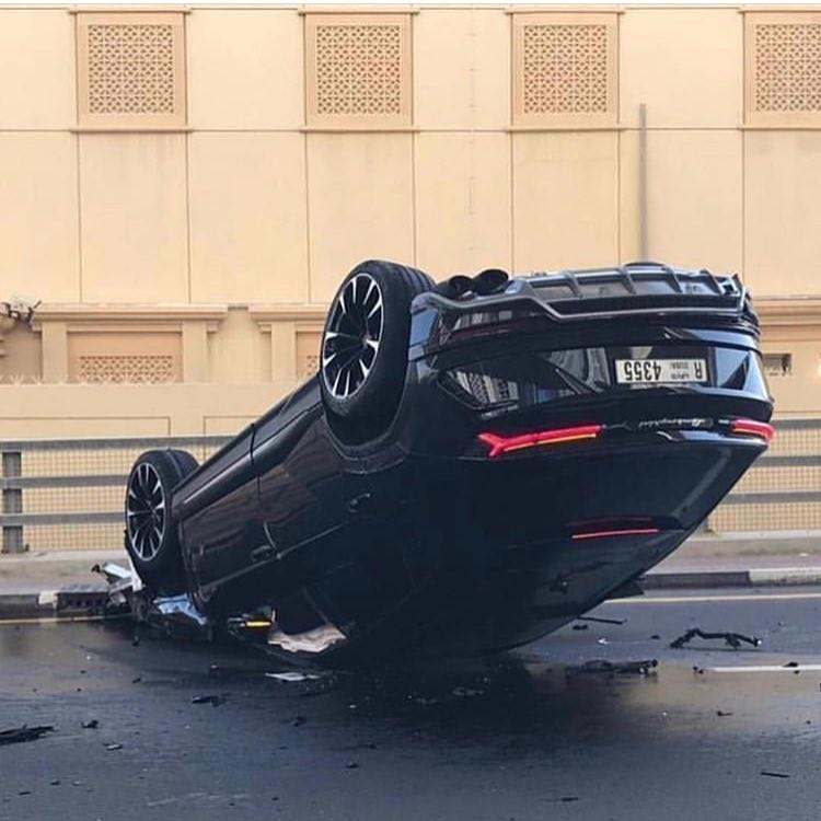 Chiếc Lamborghini Urus lật ngửa trên đường phố Dubai