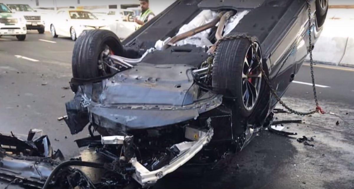 Phần đầu xe của chiếc Lamborghini Urus bị vỡ nát