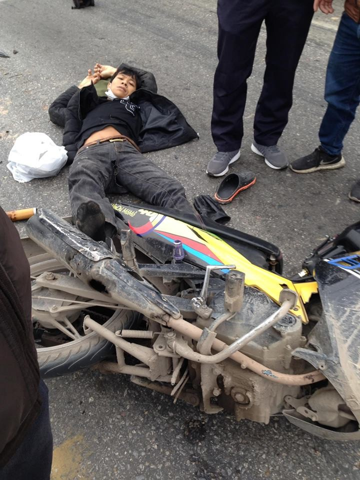 Nam thanh niên nằm tại hiện trường vụ tai nạn