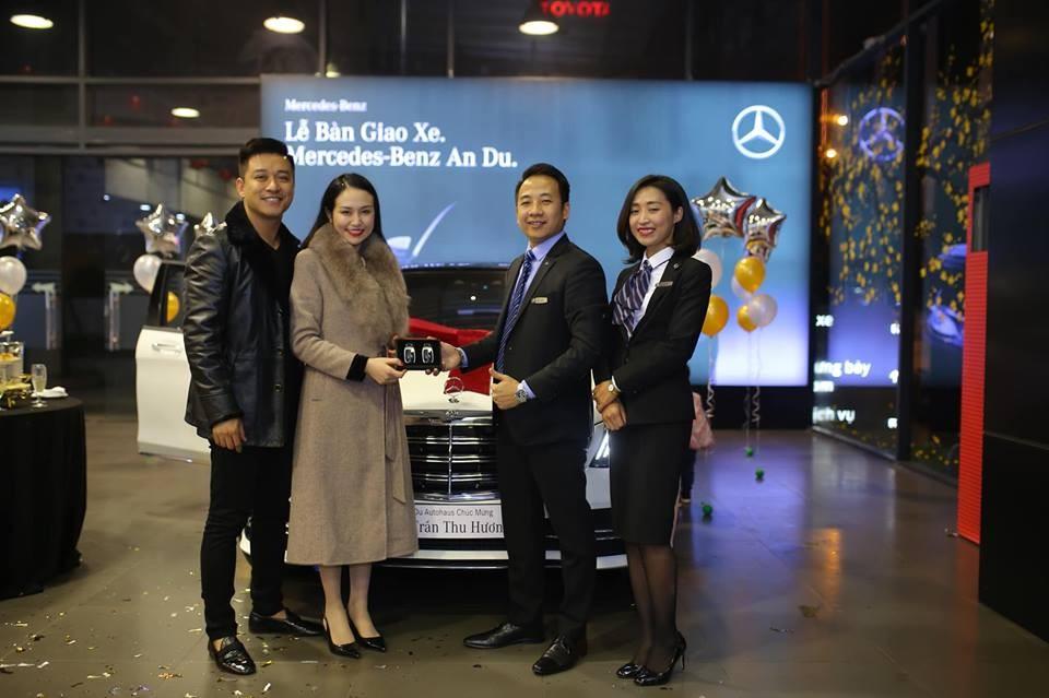Vợ chồng Tuấn Hưng đến đại lý Mercedes-Benz để nhận chiếc xe sang mới