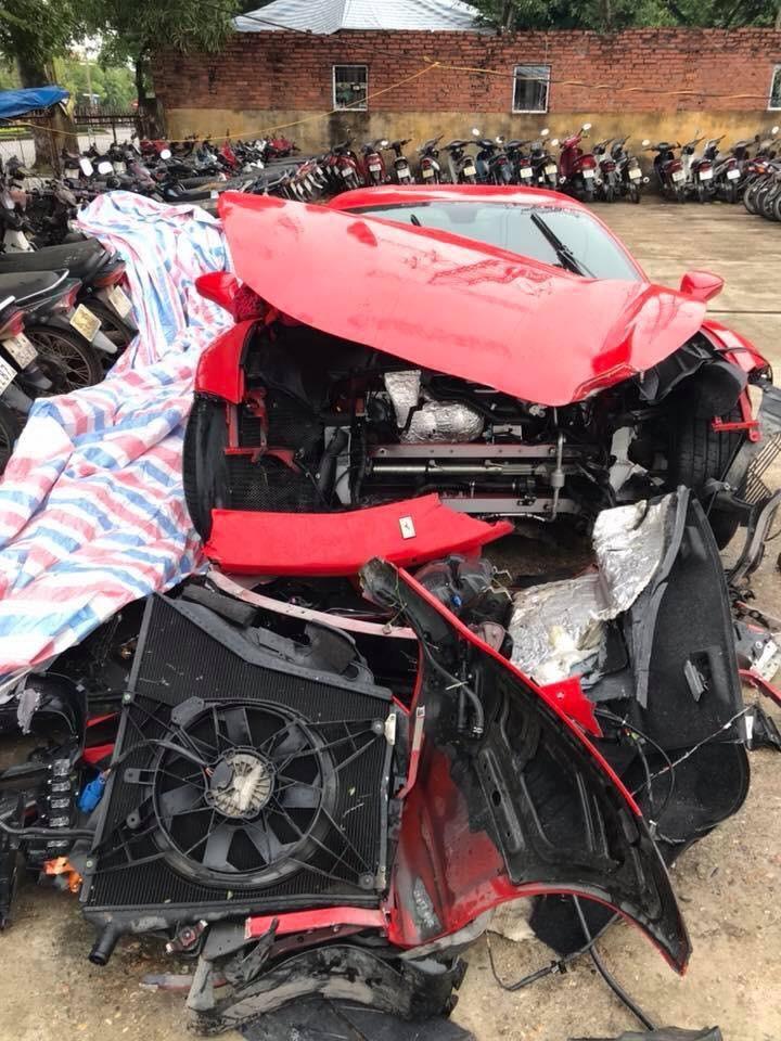 Siêu xe Ferrari 488 GTB màu đỏ bị tai nạn của Tuấn Hưng