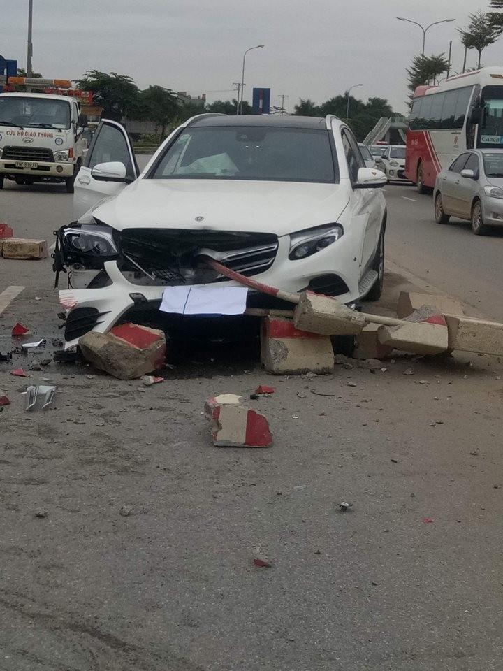 Chiếc Mercedes-Benz GLC đâm vào dải phân cách giữa đường
