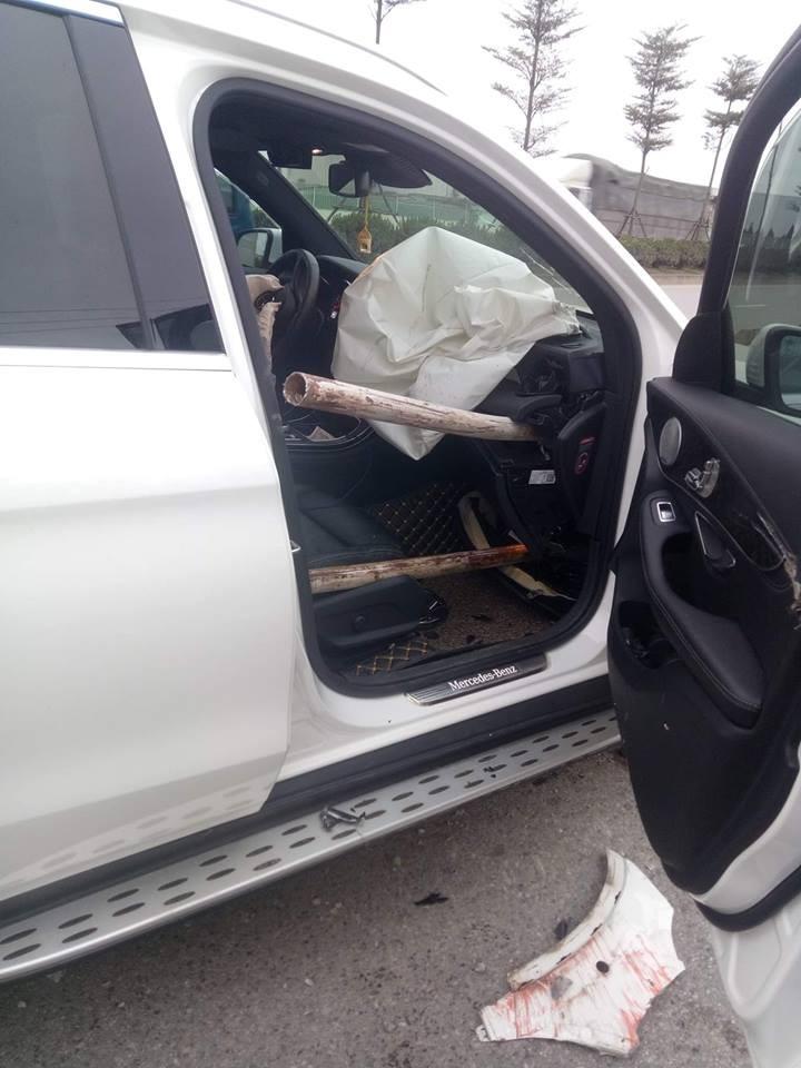 2 thanh sắt của dải phân cách đâm xuyên vào bên trong nội thất của chiếc SUV hạng sang