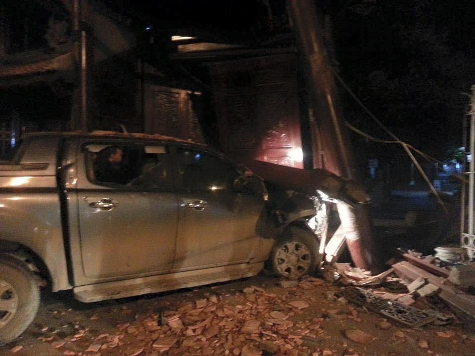 Chiếc xe bán tải húc đổ tường và đâm gãy trụ gỗ của cổng chùa Ngòi