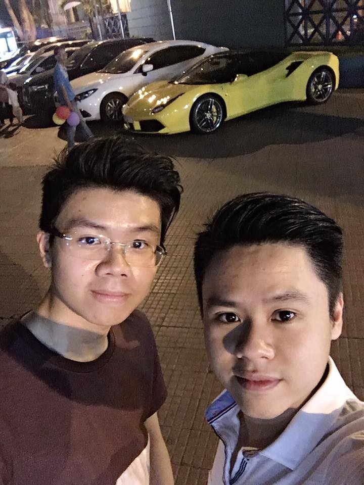 Phan Hoàng và anh trai là Phan Thành cùng chiếc siêu xe Ferrari 488 GTB màu vàng phía sau