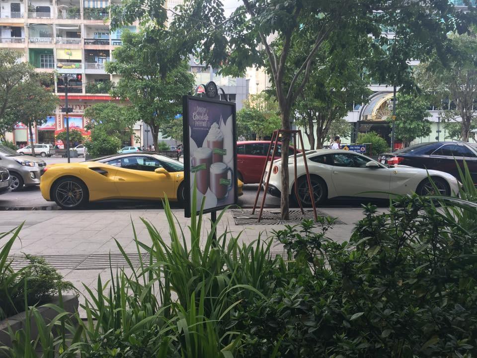 Ferrari 488 GTB màu vàng và Ferrari F12 Berlinetta màu trắng của anh em nhà Phan Thành