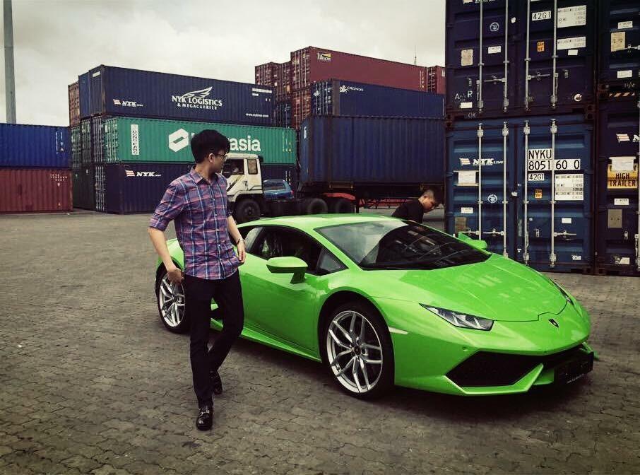 Phan Hoàng cùng siêu xe đầu tiên trong đời là chiếc Lamborghini Huracan LP610-4 màu xanh cốm
