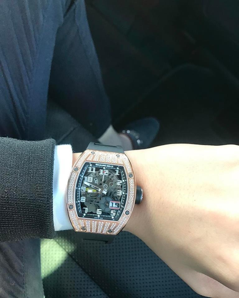 Chiếc đồng hồ Richard Mille RM 029 Rose Gold Diamond trên cổ tay của Phan Hoàng cũng do anh trai mua từ Việt Nam gửi sang