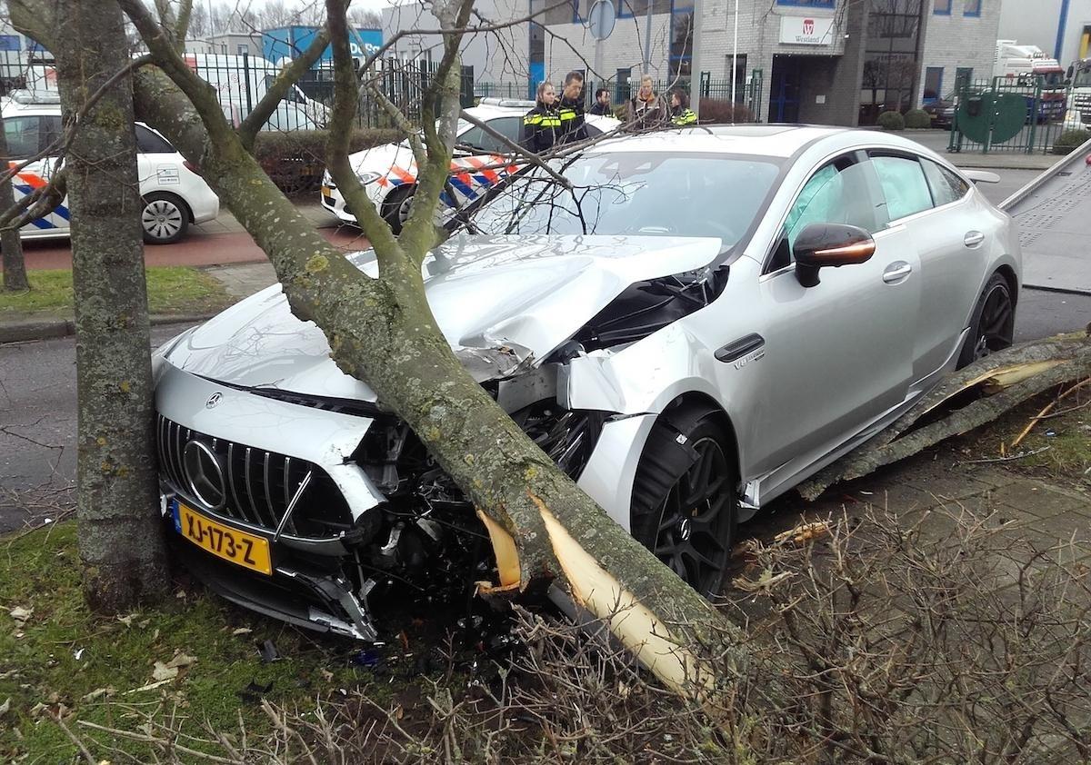 Chiếc Mercedes-AMG GT 4-Door Coupe bị vỡ nát phần đầu xe