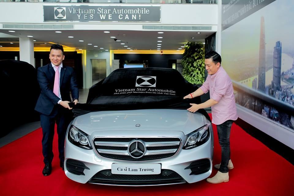 A2 cùng đại diện của Mercedes-Benz vén màn chiếc sedan Mercedes-Benz E300 AMG