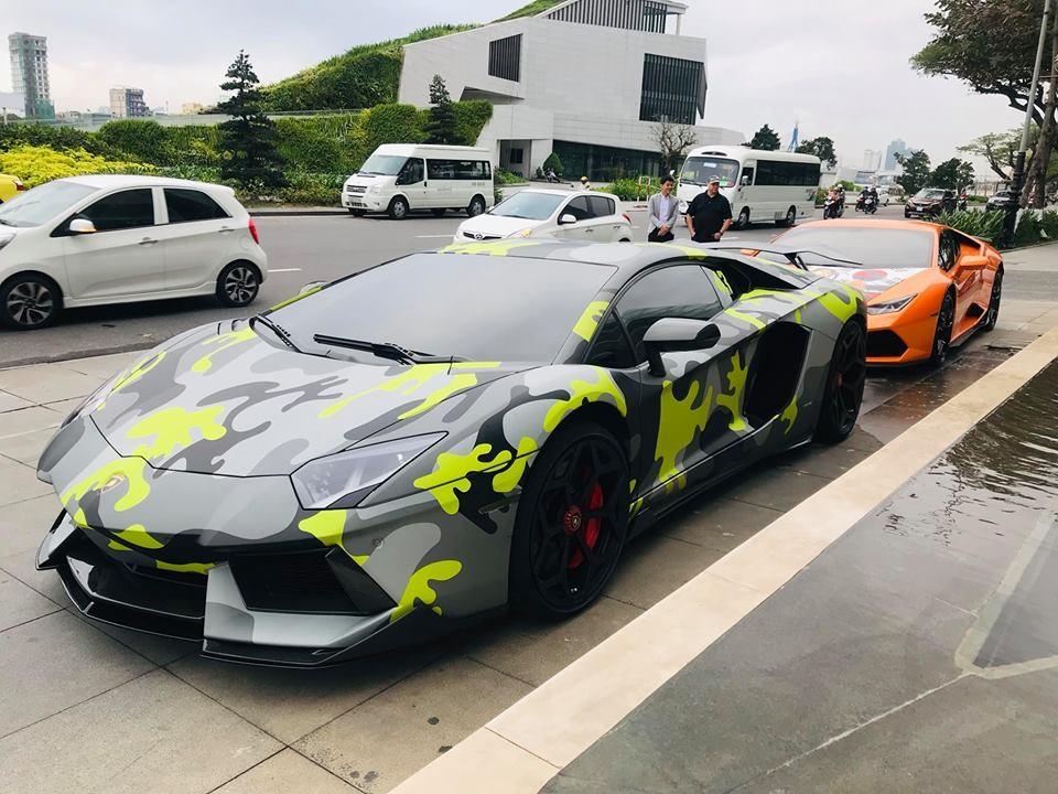 Ngoài gói độ body kit Vorsteiner, siêu xe Lamborghini Aventador LP700-4 này còn được chủ nhân thay áo đề-can màu camo