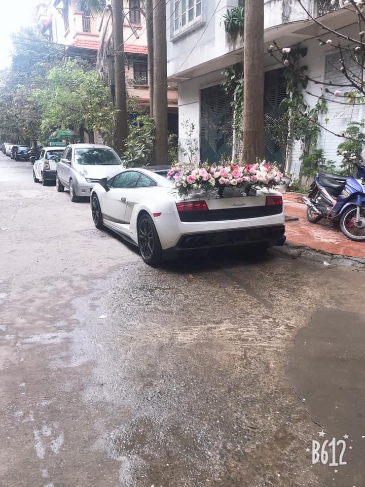 Hoa cưới trải dài hết cánh gió đuôi siêu xe Lamborghini Gallardo LP570-4 Superleggera độc nhất vô nhị tại thị trường Việt Nam