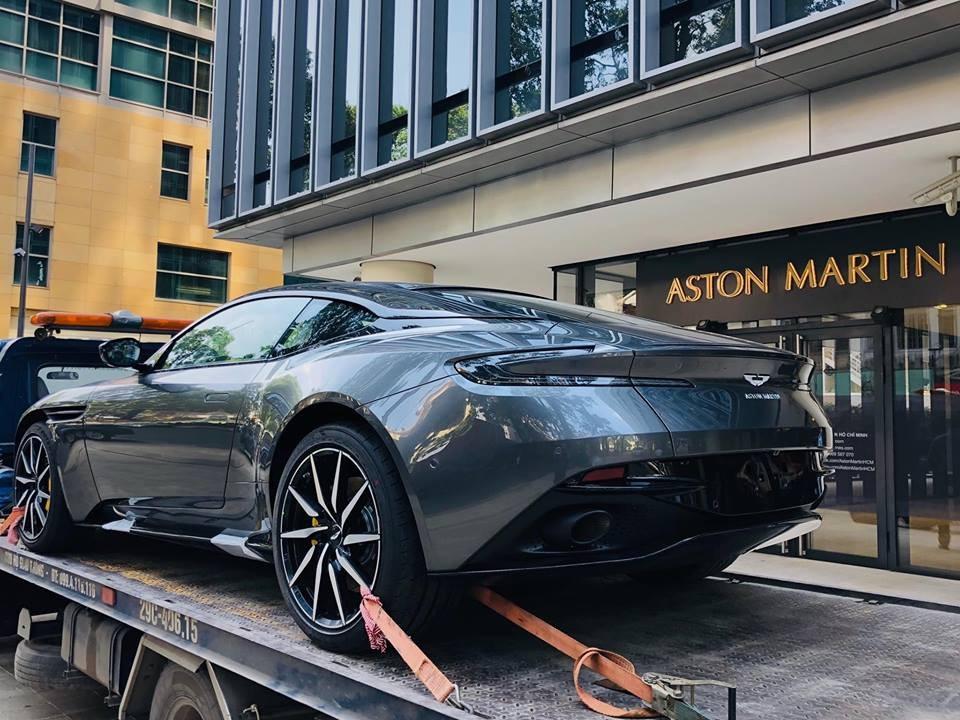 Siêu xe Aston Martin DB11 đã được vận chuyển về showroom chính hãng tại đường Lê Duẩn, phường Bến Nghé, quận 1