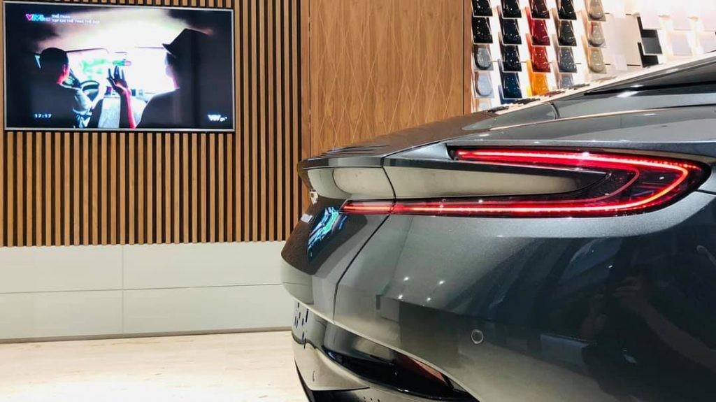 Bức ảnh khác lộ diện phần đuôi xe đầy lôi cuốn của Aston Martin DB11 khi trú bên trong showroom chính hãng Aston Martin đầu tiên tại Việt Nam
