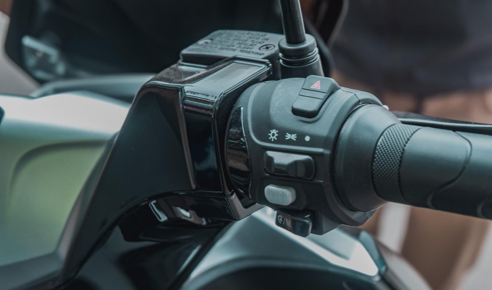 Nút bấm ở vị trí đề quen thuộc trên xe tay ga chính là nút điều chỉnh Mode chạy của Pega NewTech