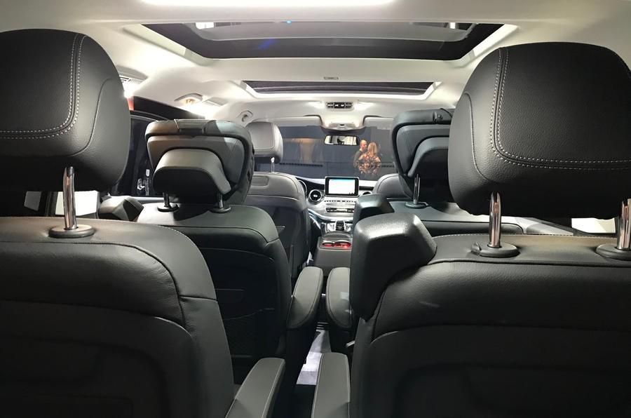 2 hàng ghế sau của Mercedes-Benz V-Class 2019 đi kèm 4 ghế độc lập tiêu chuẩn