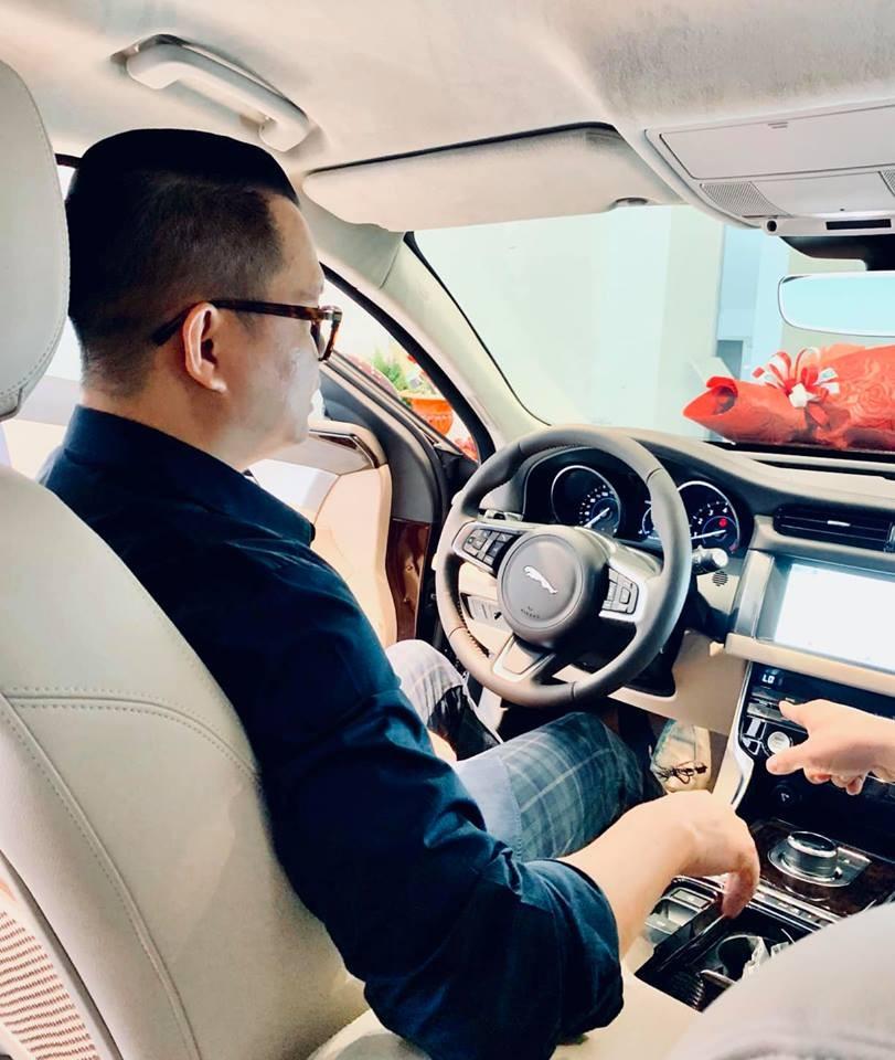 Ngoài đạo diễn Long Kan, những người nổi tiếng từng sở hữu Jaguar XF tại Việt Nam còn có nữ ca sĩ Thiều Bảo Trang và Hoa hậu Kỳ Duyên