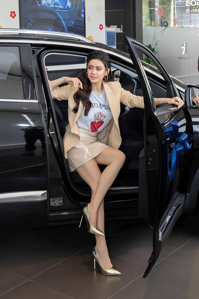 Nữ diễn viên cuối 8X Trương Quỳnh Anh vừa mới nhận bàn giao chiếc Crossover 5 chỗ Peugeot 3008