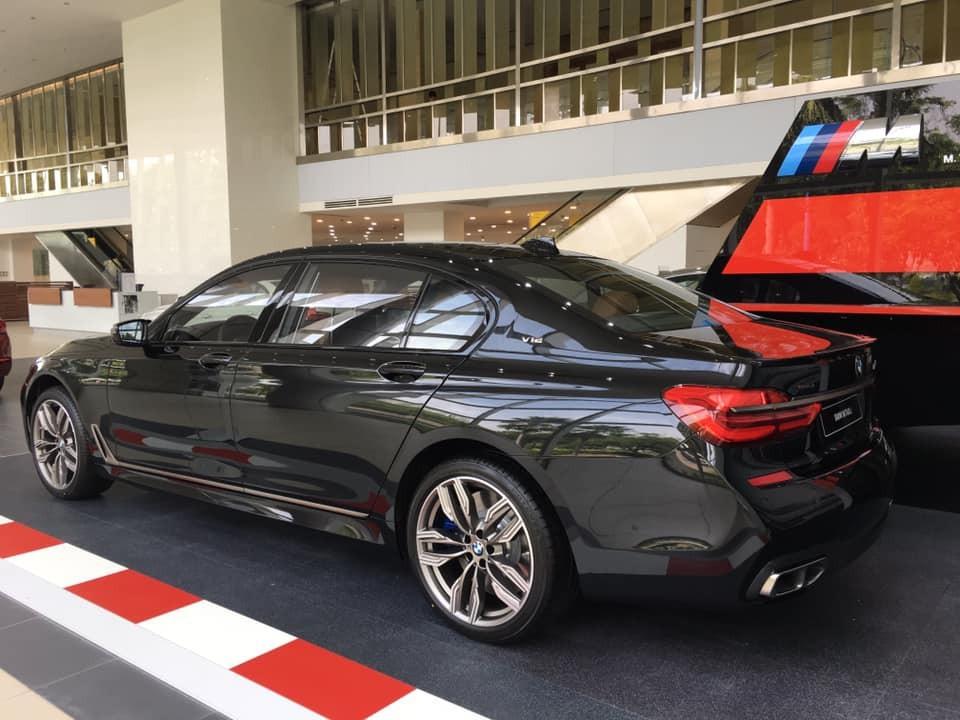 Mâm hợp kim có thiết kế 5 chấu kép với kích thước 20 inch bao bọc bên ngoài là bộ lốp Bridgestone Potenza, nằm bên trong là phanh hiệu suất cao BMW M