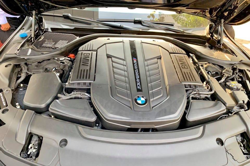 Động cơ V12 dung tích 6,6 lít gắn logo M Performance kết hợp vớ hộp số tự động 8 cấp sản sinh công suất tối đa 600 mã lực và mô-men xoắn cực đại đạt ngưỡng 800 Nm