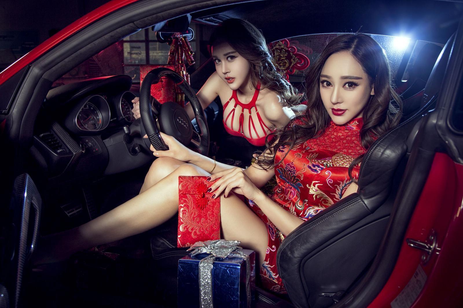 Nghênh đón xuân mới cùng hai người mẫu gợi cảm diện đồ đỏ bên Audi R8 - 6