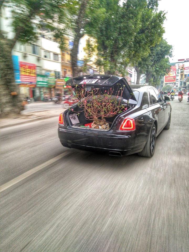 Rolls-Royce Ghost Black Badge độc nhất Việt Nam làm xe chở đào cho đại gia Hà Nội