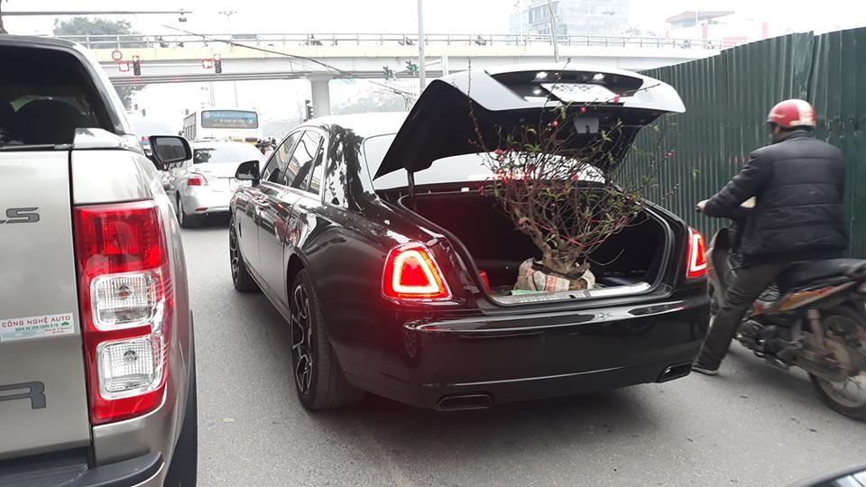 Chiếc xe siêu sang Rolls-Royce Ghost Black Badge chen chút di chuyển trên phố Hà Nội
