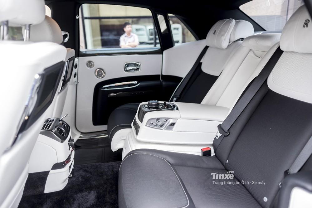 Còn đây là nội thất của Rolls-Royce Ghost phiên bản Black Badge độc nhất Việt Nam