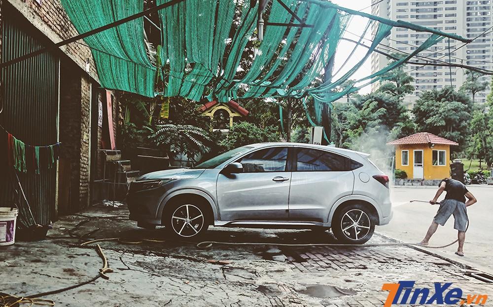 Rửa xe tại các điểm rửa xe tự phát có thể khiến các chủ xe gặp nhiều rủi ro.