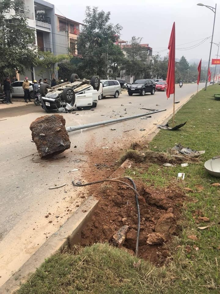 Cột đèn bị bật gốc và nằm trên mặt đường